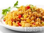 Пържен задушен ориз с пилешки хапки, зеленчуци и соев сос